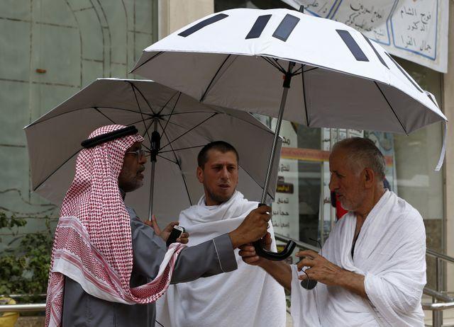 """Le """"parapluie intelligent"""" peut faire à peu près tout , y compris se protéger du soleil brûlant de la Mecque."""