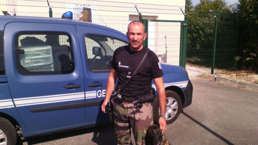 Pascal Beauciel et sa chienne Ibiza du GIC (groupe d'investigation cynophile) à la brigade de gendarmerie de Bléré