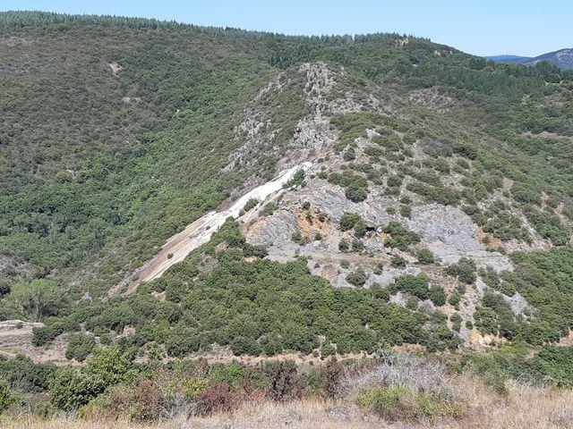 Vestige du passé minier de la vallée, la verse de Nartau, un site de déchets de plusieurs dizaines de tonnes d'arsenic.