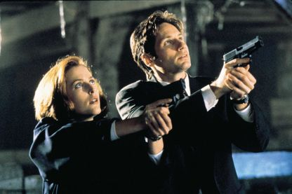"""L'agent Dana Scully (Gillian Anderson) et l'agent Fox Mulder (David Duchovny) sur le tournage de la série """"The X-Files"""", série de science-fiction américaine créée par Chris Carter (1993-2002)."""