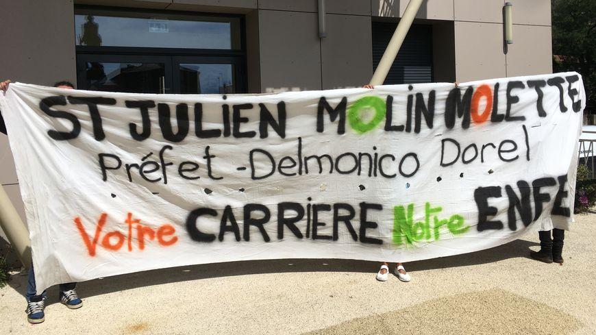 La banderole déployée par les opposants à la carrière devant la mairie, lors de la deuxième permanence de l'enquête publique.