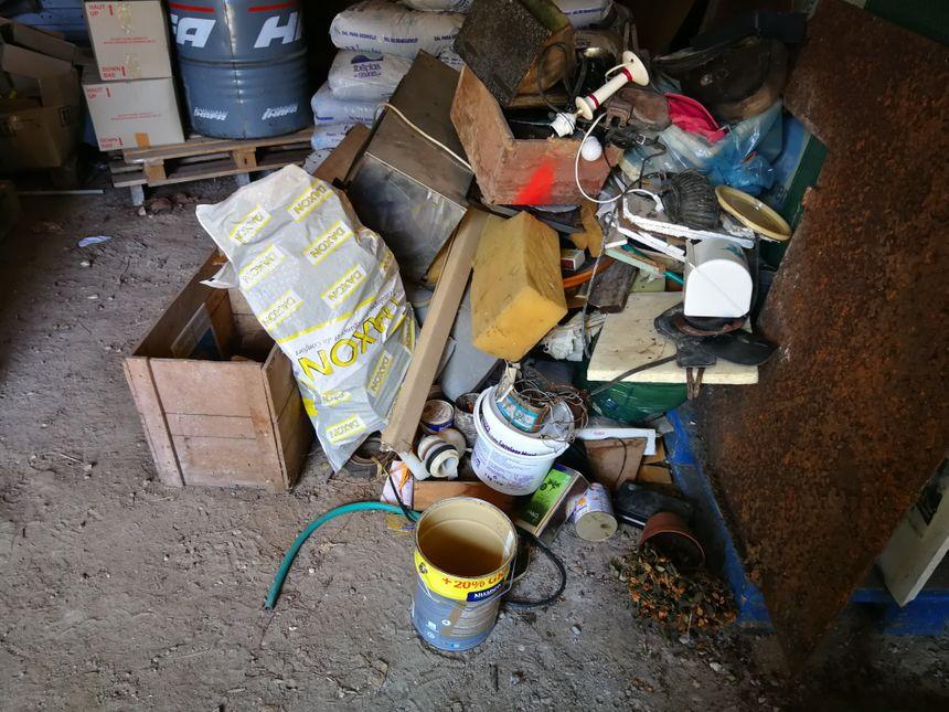 Selon le maire Nils Jensch, il faut au moins trois remorques pour débarasser cette grange des objets déposés par les riverains.