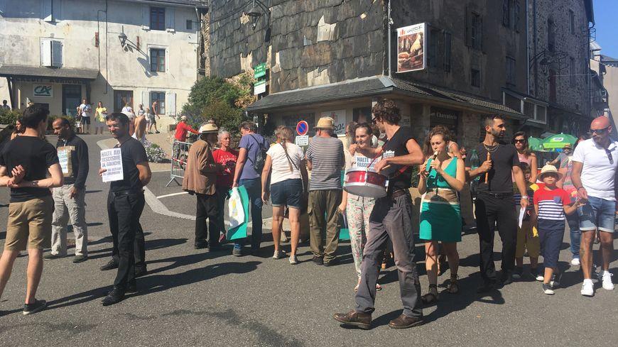 """Des habitants de la Salvetat manifestaient contre le groupe des """"Brigandes"""", devenu la """"communauté de la rose et de l'épée"""""""