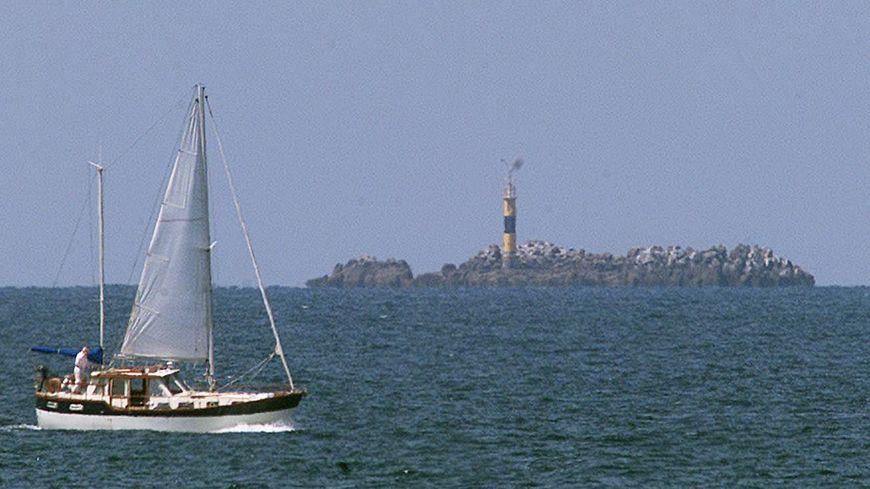 À quelques encablures du phare du Rohein en baie de Saint-Brieuc, en juin 2000, un chasseur de mines a entrepris des recherches par sonar pour retrouver l'éventuelle épave du voilier du docteur Godard.