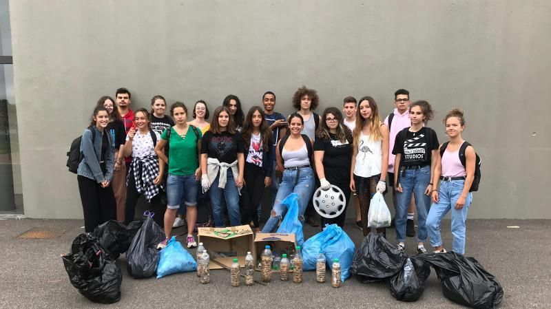 """Les volontaires de la première CleanWalk ont travaillé tout l'après-midi à Apprieu, avec """"gants, sacs poubelles et motivation"""", résume Tania, une habitante."""