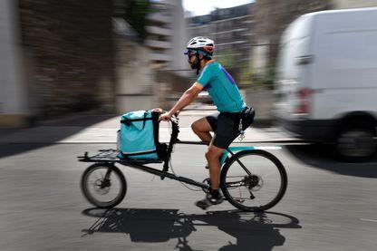Cycliste travaillant pour la plateforme de livraison Deliveroo