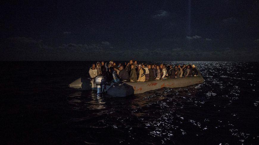 Selon plusieurs associations, une femme serait tombée d'une embarcation de fortune, dans la Manche, vendredi 9 août (photo d'illustration)