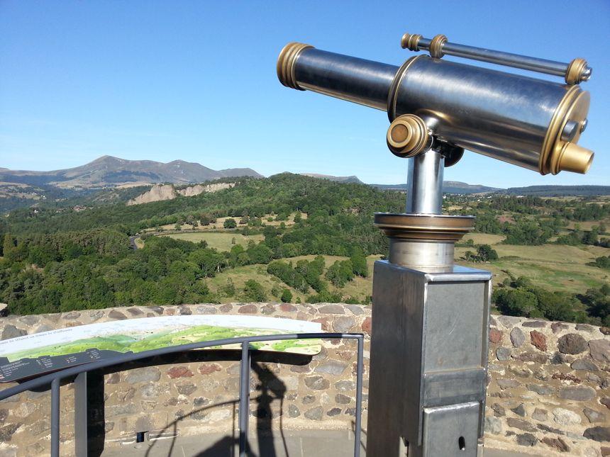 Table d'orientation en haut du château de Murol