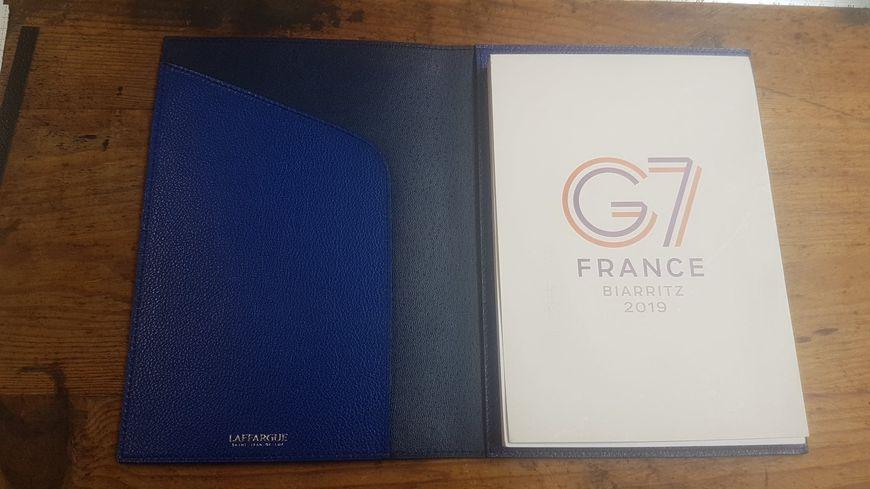 Les blocs-notes sont bleu dur ou rouge basque, avec les logos du G7 et de la Maison Laffargue