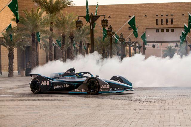 L'Arabie Saoudite accueille désormais des courses de Formula E (moteur électrique) pour embellir l'image du royaume à travers ses investissements dans le sport.
