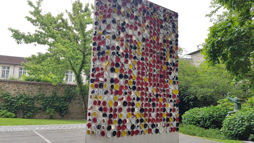 """Un mur de bol baptisé """"Une suite"""" dans la nouvelle entrée principale du musée national Adrien Dubouché de Limoges"""