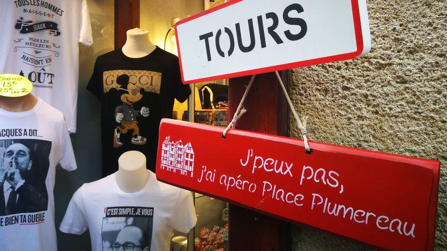 Des panneaux, des mugs, des tee-shirts, des magnets : la Touraine est déclinée sous toutes ses formes pour vendre.