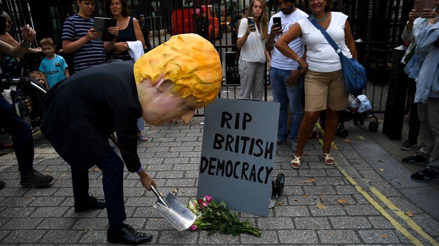 Un homme portant un masque de Boris Johnson a manifesté devant le Downing Street, dans le centre de Londres, le 28 août 2019.