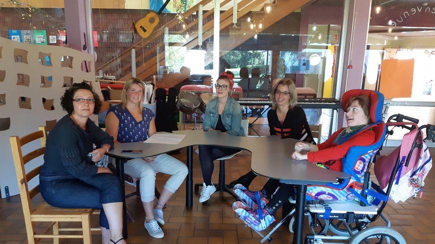 De gauche à droite : Katia (la directrice de la maison d'accueil), Marine, Melissa, Lucie et Margot (résidente)