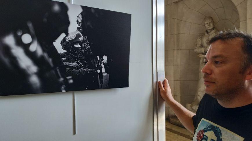 Le photographe Pascal Montagne aux côtés d'un de ses clichés
