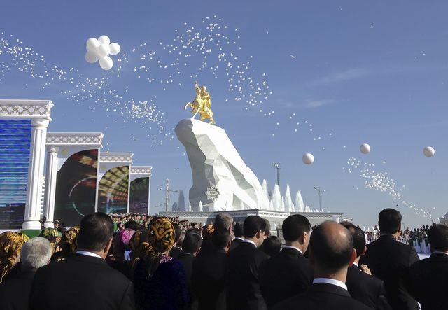 Cérémonie d'inauguration à Ashgabat, au Turkménistan, du monument en honneur au président Berdymukhamedov : une statue dorée de 6 m de haut du leader à cheval, perché sur une falaise blanche.
