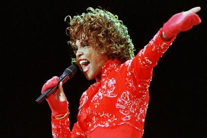 La diva de la soul, Whitney Houston, sur la scène du  Aschaffenburg folk festival, en Allemagne, le 11 juillet 1998.