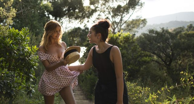 """Zahia Dehar (à gauche) et Mina Farid dans le film """"Une fille facile"""" de Rebecca Zlotowski (sortie en salles le 28 août 2019)"""