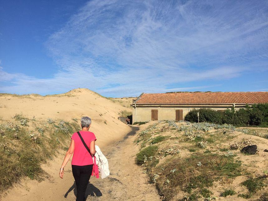 L'un des trois bâtiments risque d'être englouti par la dune.