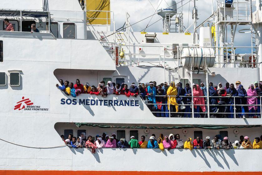 1004 migrants débarquant dans le port de Salerne (Italie) à bord de l'Aquarius, le navire de l'ONG SOS Méditerranée