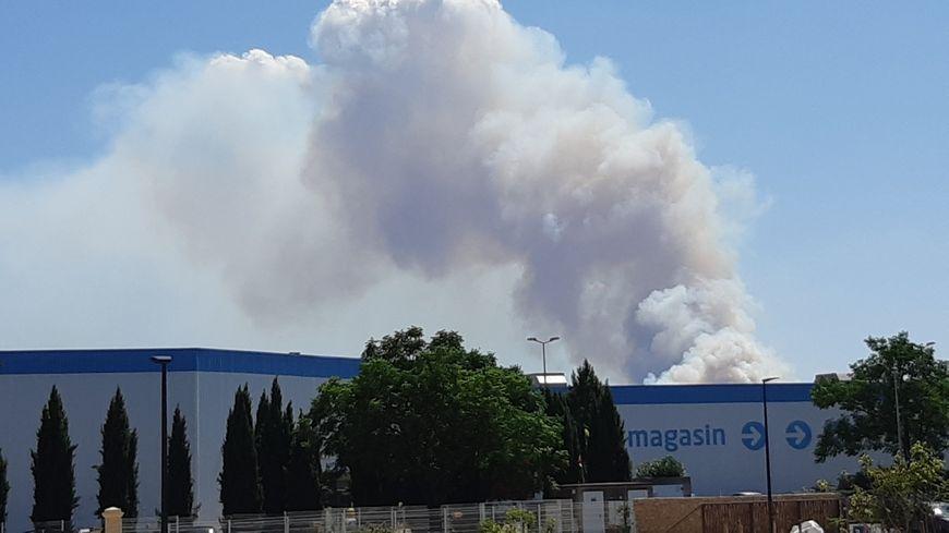 La colonne de fumée est visible à plusieurs kilomètres à la ronde, comme ici depuis Nîmes.