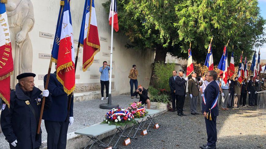 Antoine Audi, maire de Périgueux, se recueille devant le mur des fusillés lors de la cérémonie des 75 ans de la Libération de Périgueux