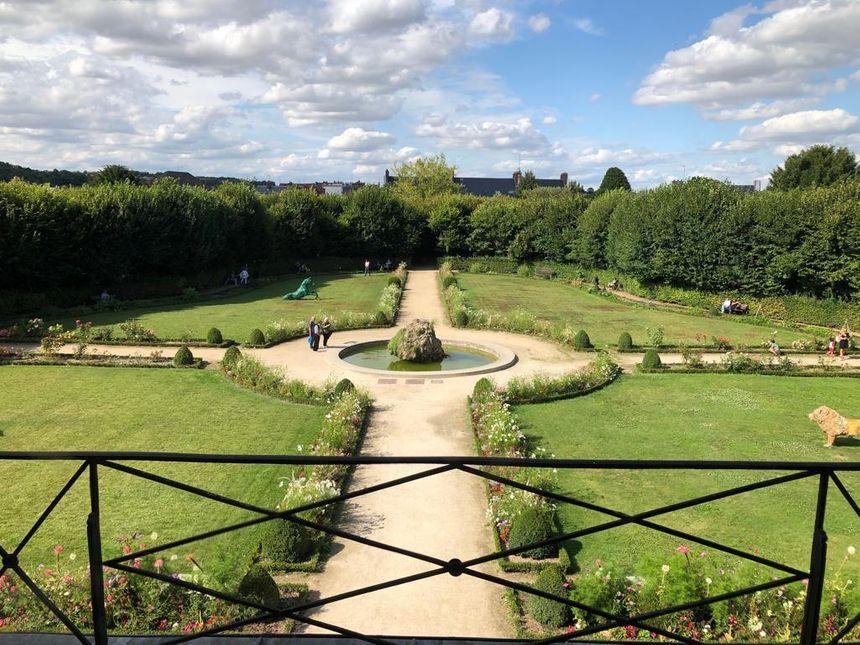 La vue sur le jardin Bossuet depuis le premier étage de l'ancien Palais épiscopal