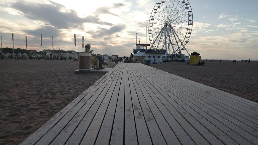 La Promenade de la paix chemine sur 1,4 km le long de la plage de Riva Bella