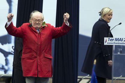 Jean-Marie Le Pen s'invite au rassemblement du FN marqué par la scission entre Marine Le Pen et son père le 1er mai 2015.