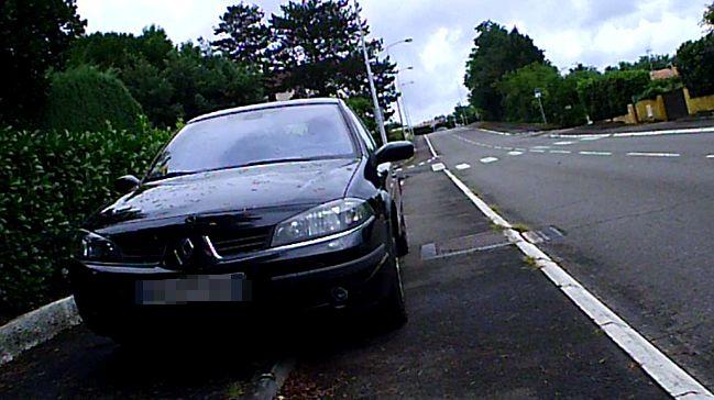 Daniel a pris en photo cette voiture qui stationne sur une piste cyclable de l'agglomération montoise