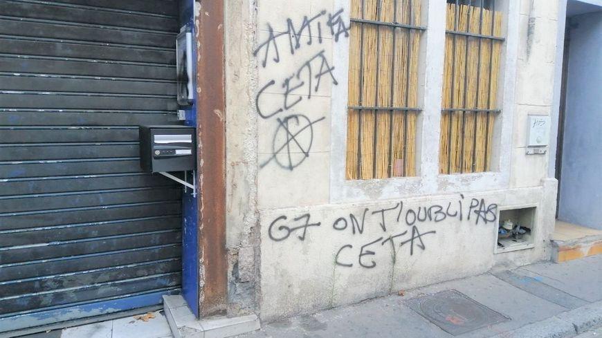 Des tags anti-CETA sur les murs de l'immeuble qui abrite la permanence d'Alexandra Louis