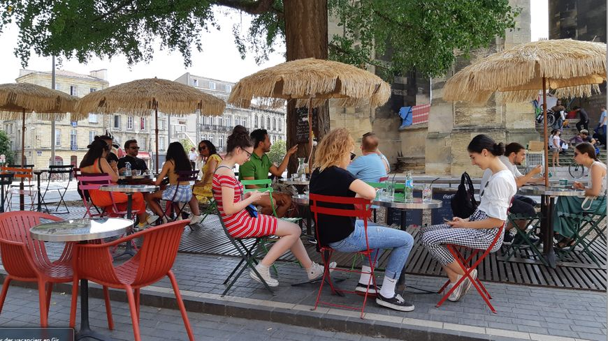 Touristes, place Saint-Michel à Bordeaux.