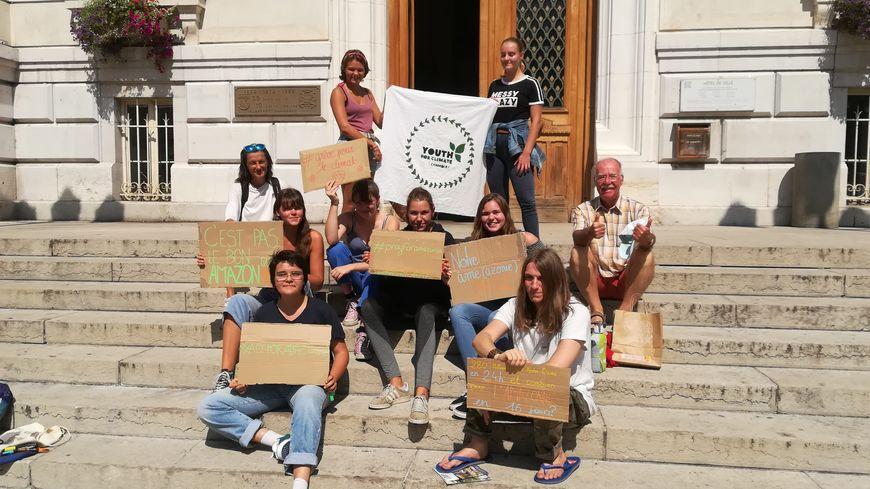 Une dizaine de lycéens membres du mouvement Youth for Climate ont manifesté devant la mairie de Chambéry