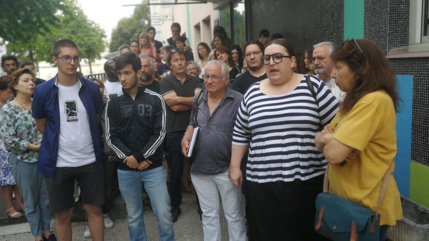 Le comité de soutien à Gvantsa réuni devant la maison des associations de Dijon