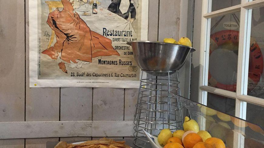 Les tartes aux pommes sont prêtes à être dévorées (Le comptoir de la presqu'île - Barfleur, dans la Manche). Août 2019.