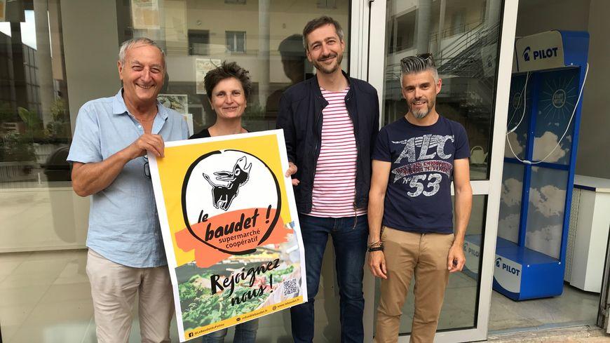 Quatre copropriétaires du Baudet devant la boutique du Forum Rivaud.