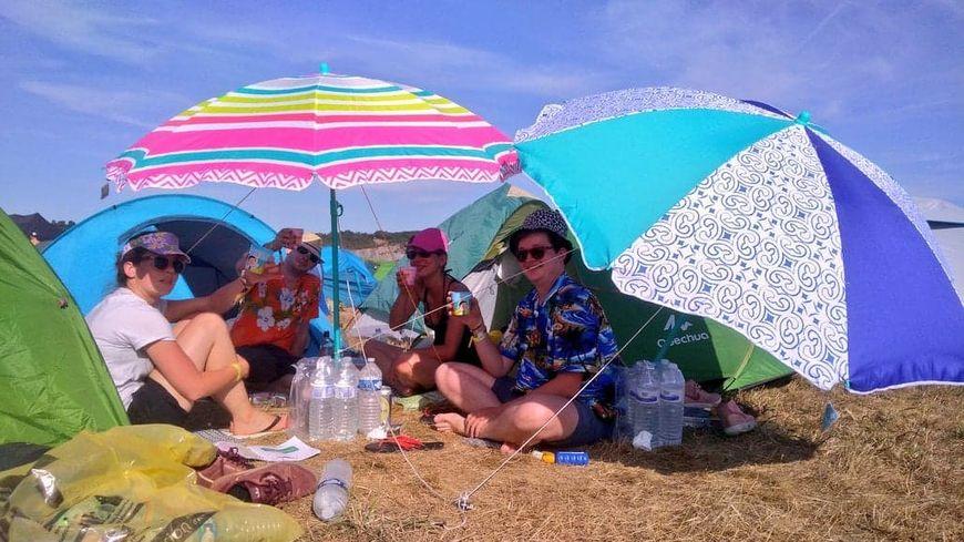 Raphaël et ses amis ont acheté des parasols à Guéret pour se faire un coin d'ombre sur le camping du festival Check in Party