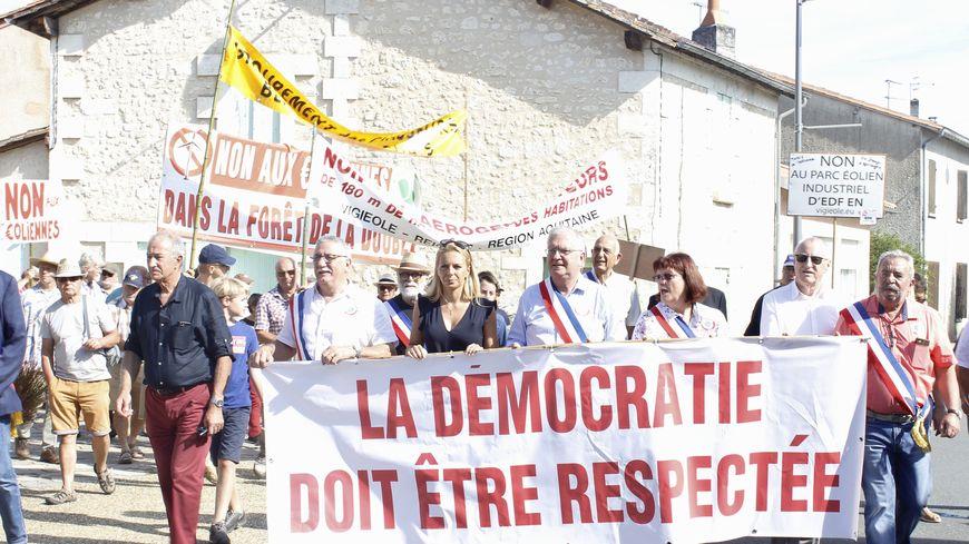 Une dizaine de maires tête du cortège lors de la manifestation du samedi 24 août
