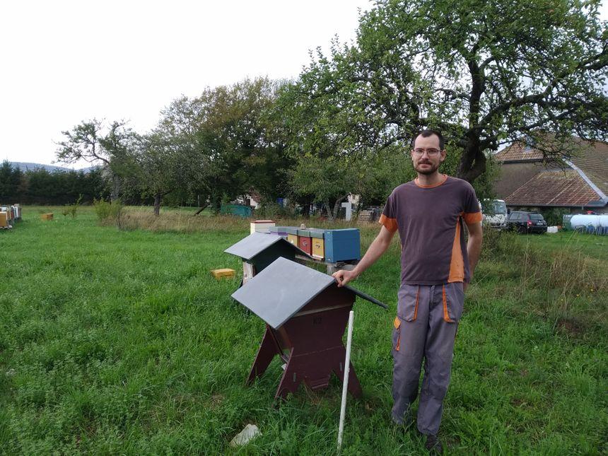 Flavien Durand est installé à Chaux depuis deux ans, avec son associé ils possèdent 400 ruches