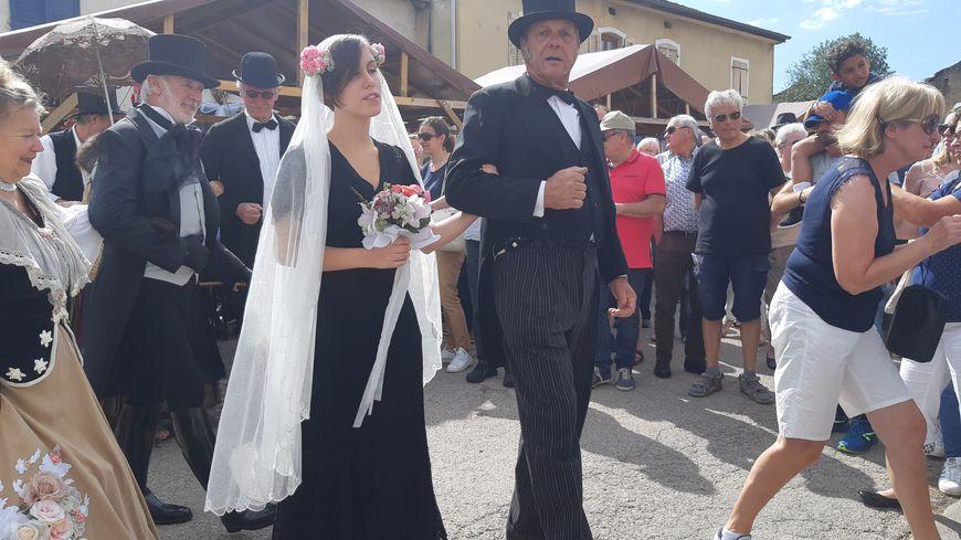 La mariée ici au bras de son père.