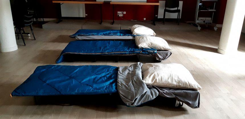 Des  lits de camps installés au sous-sol de la maison de l'avocat à Bayonne.