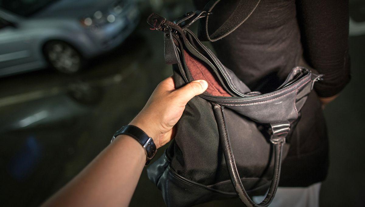 Strasbourg : il tente de voler dans un sac, qui appartient à un policier
