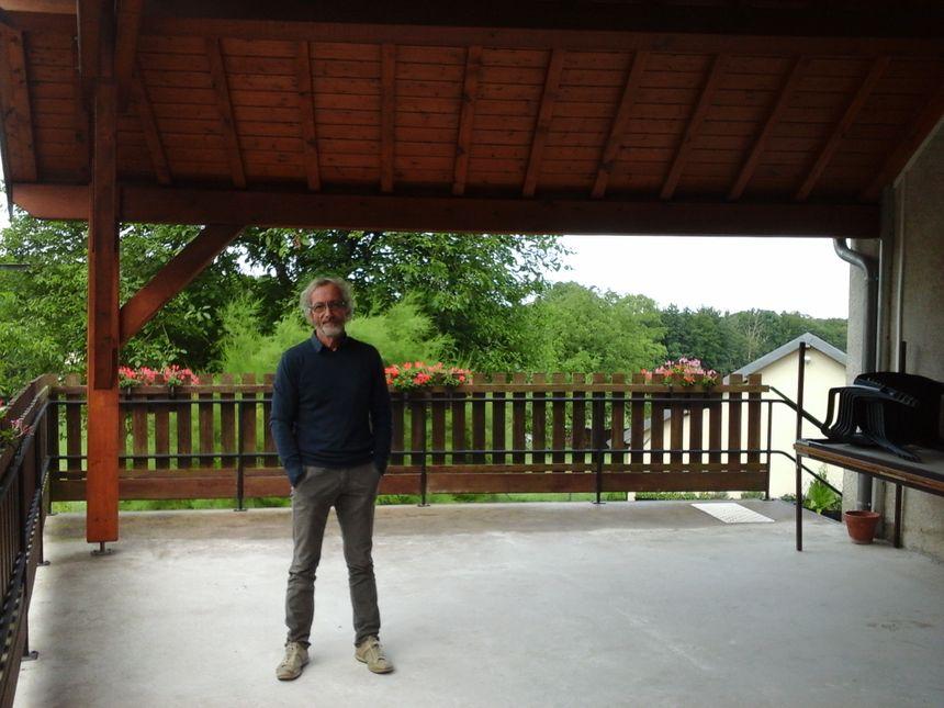 Christian, responsable des cafés-philo, sur la terrasse des échanges et des débats... un café-philo au milieu des bois, toute une foliesophie de la vie !