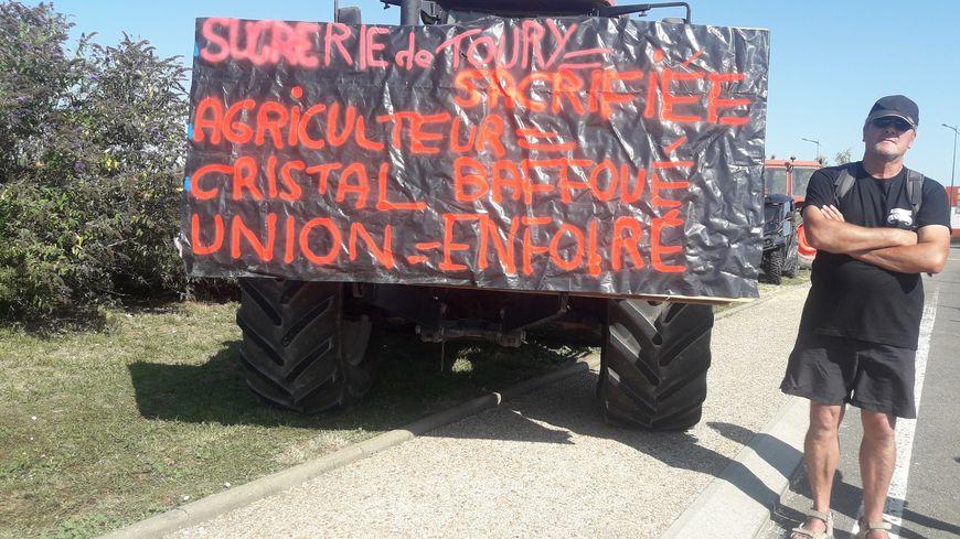 Salariés de l'usine et habitants de Toury étaient réunis devant la sucrerie de la commune