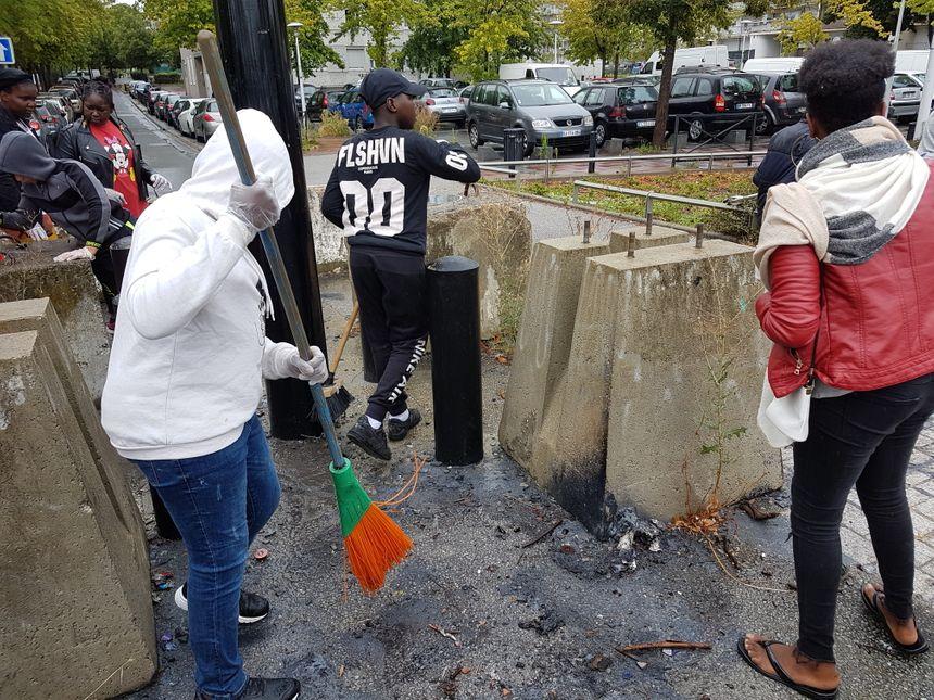Sacs-poubelle, gants, pinces à déchets, et même balais : les jeunes de la cité des Indes à Sartrouville (Yvelines) ont tout donné pour nettoyer leur quartier.