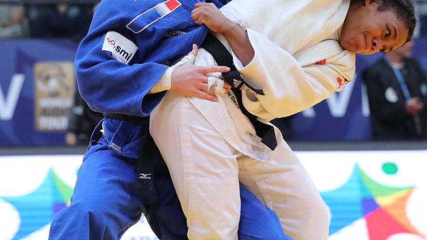 Hélène Receveaux (en bleu), lors du Grand Prix de Judo de Tel-Aviv, en janvier 2019