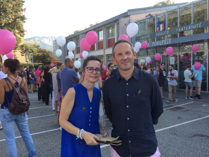 Sylvain et Émilie, les parents de Zoé, lors de l'hommage à leur petite fille à Cognin, Savoie