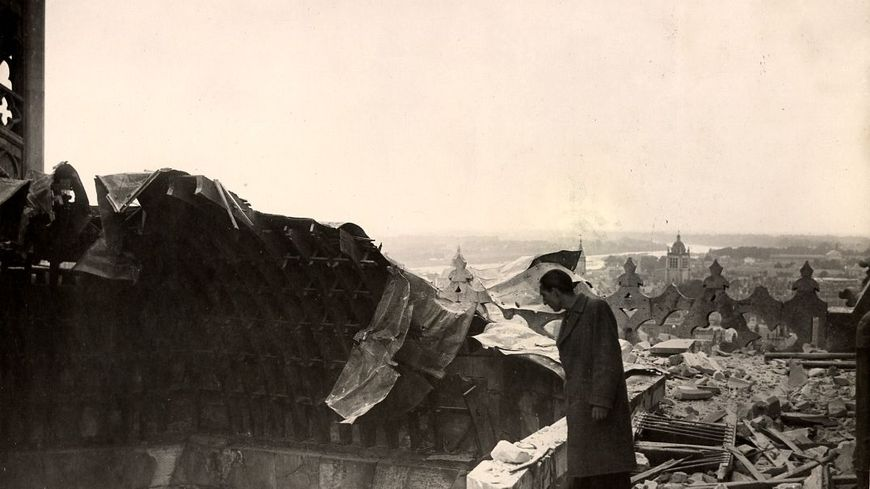 Un homme sur les tours de la cathédrale d'Orléans bombardée (photos archives municipales d'Orléans)