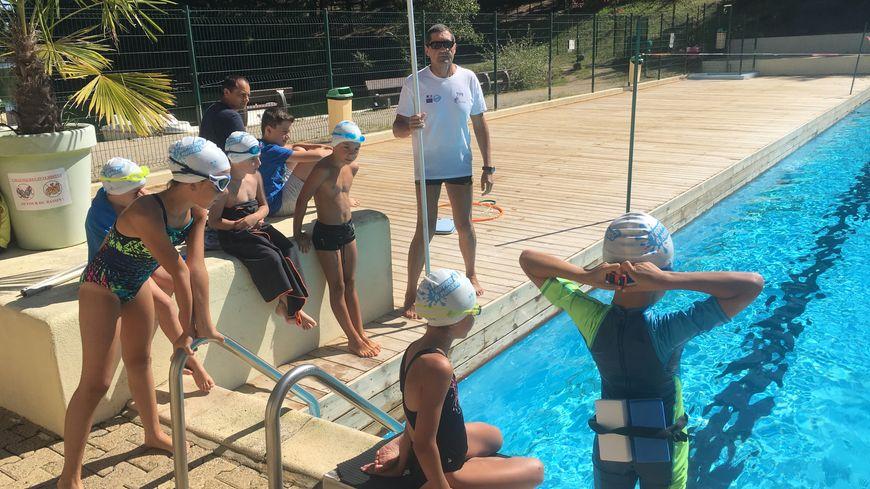 Les enfants en compagnie du maître-nageur.