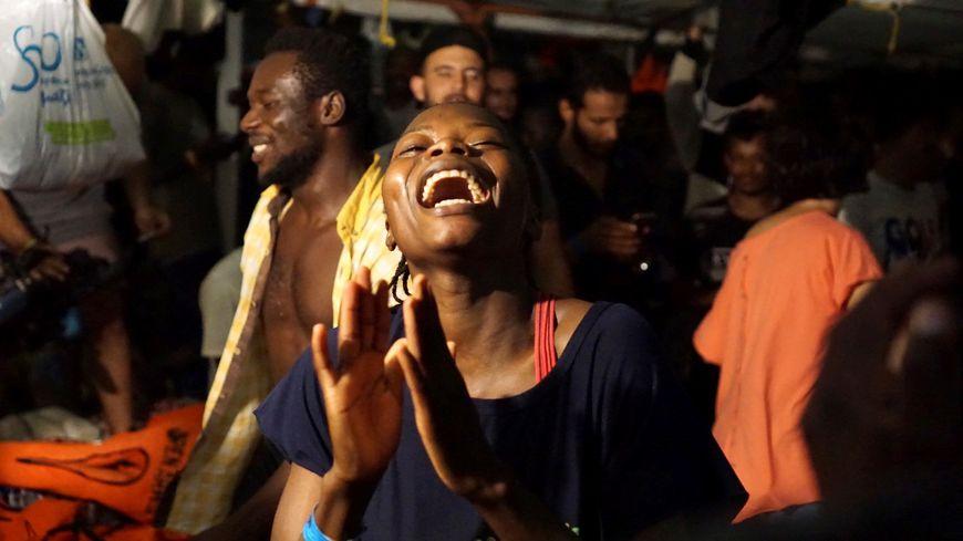 Une centaine de migrants secourus par l'Open Arms heureux d'avoir l'autorisation de débarquer sur l'île italienne de Lampedusa.
